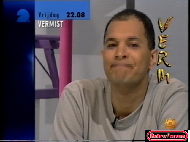 John Jones in een promo voor 'Vermist' (1998)
